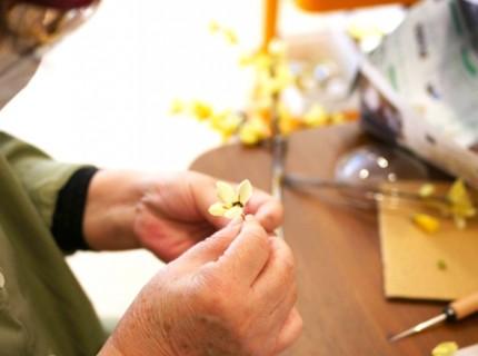 41人で制作したレンギョウの花が会場に咲き誇ります